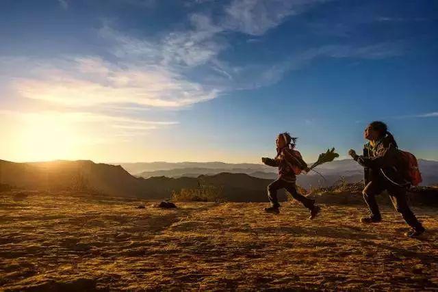 女生奔跑励志背影手绘