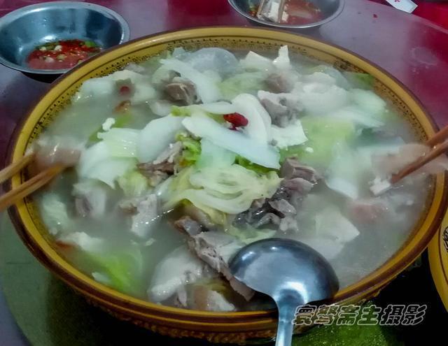 去冶勒湖路上的小餐馆点个三菜一汤只要149元,九个人都还没吃完