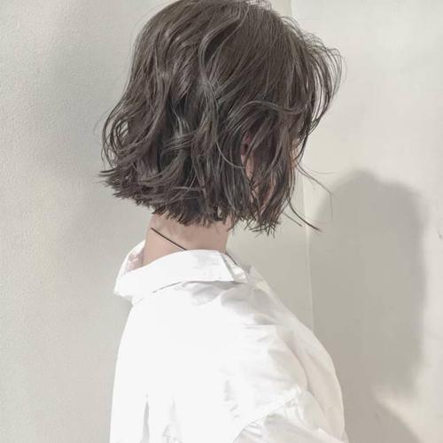 齐耳短发小波浪烫卷设计打造出慵懒凌乱感出来,加上雾面灰棕色的发色图片