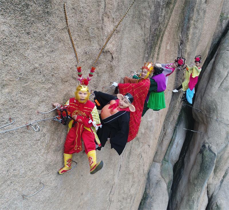 新版西游记,唐僧师徒四人成了攀岩高手