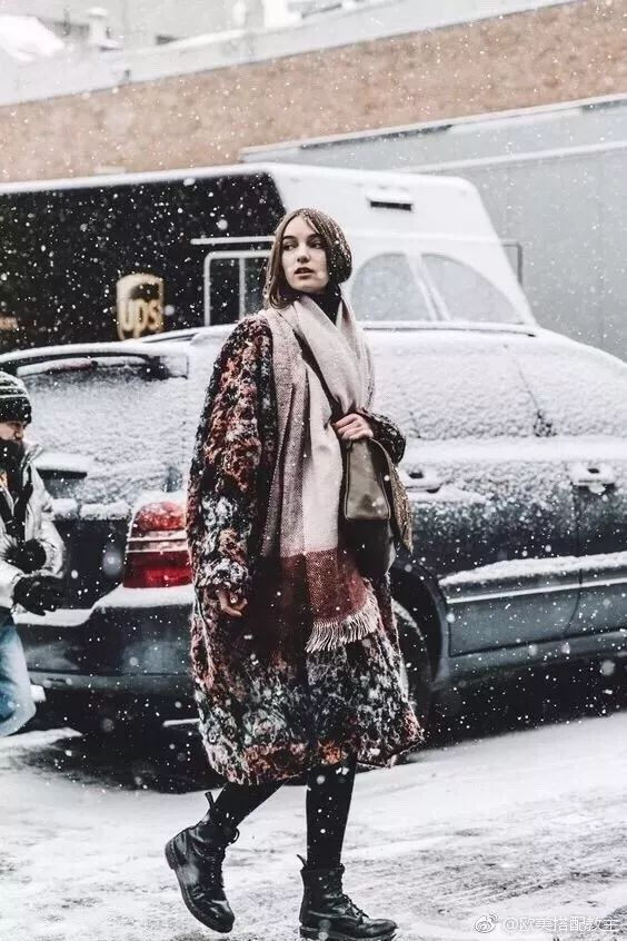 姑娘丝巾切切别买雪纺的很掉价!要戴就戴缎面
