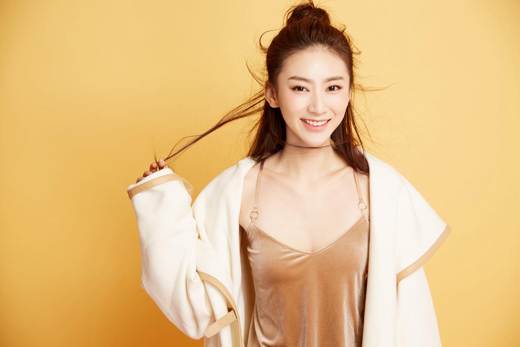娱乐 正文  近日,新版紫霞仙子的扮演者赵艺曝光了一组时尚大片.
