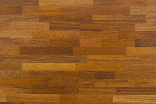 木纹地板砖是指表面具有天然木材纹理图案的装饰效果的陶瓷砖,分为釉