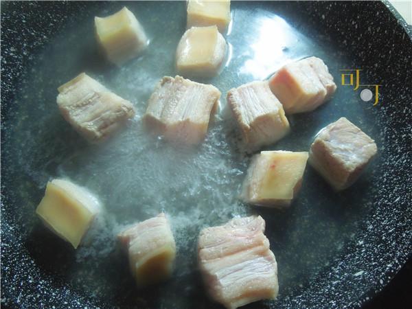红烧肉焯水备用哦。