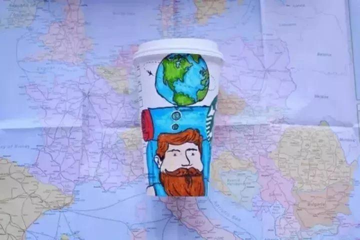 他靠1毛钱的纸杯就成功环游了世界,所以别老说自己穷了!
