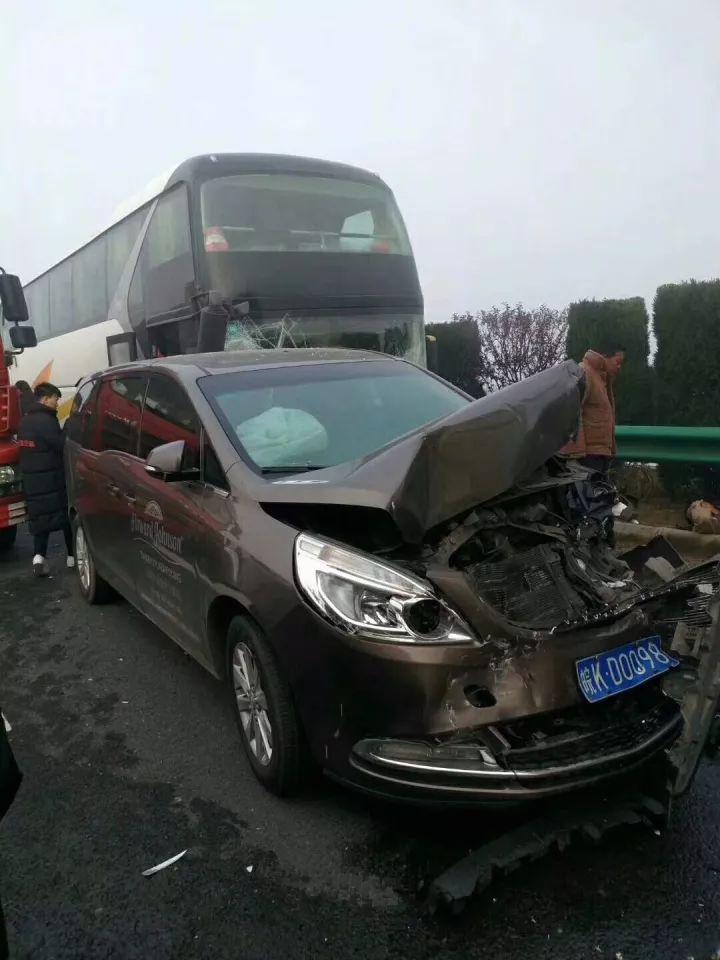 就在今早 合淮阜高速发生30余辆车多点追尾事故 公共频道为您带来最新消息