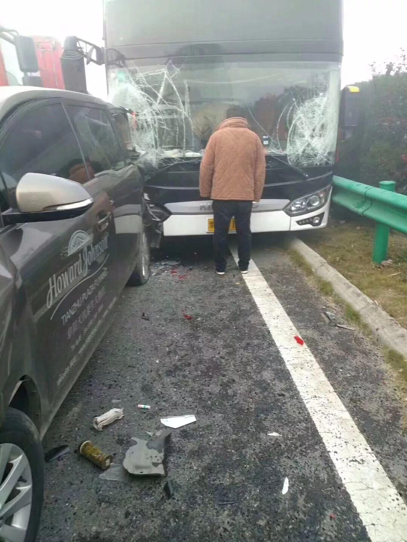 今早突发 合淮阜高速发生多车多点追尾 有人员伤亡