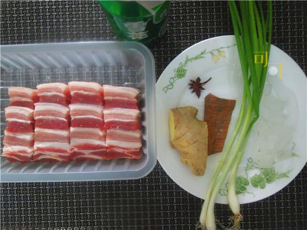 需要切好的肉块、啤酒、葱姜八角这些原料就可以做出一盘美味的红烧肉啦。
