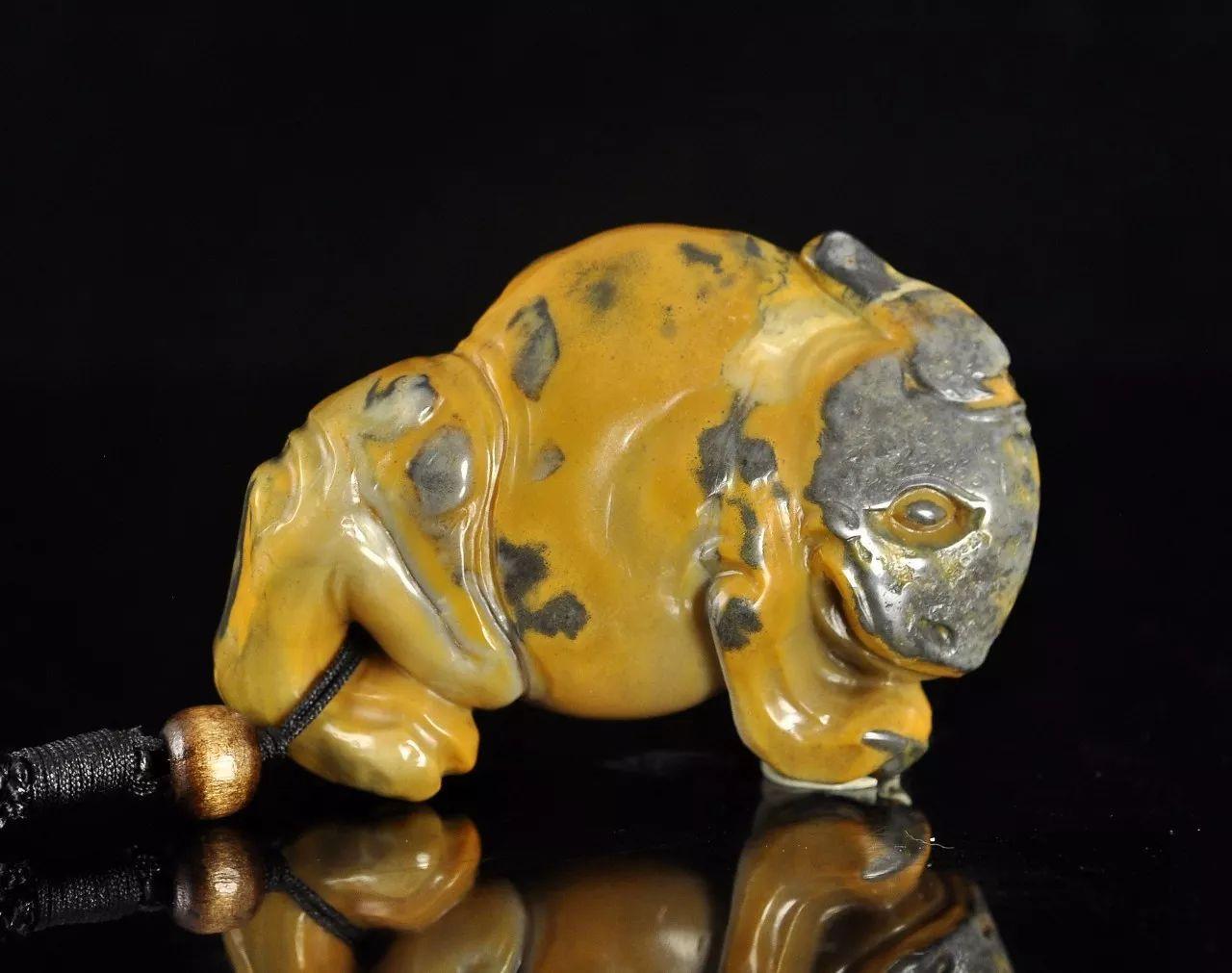 作者利用石皮的颜色巧雕一只三脚金蟾,三脚蟾蜍自古以来就是催财守财
