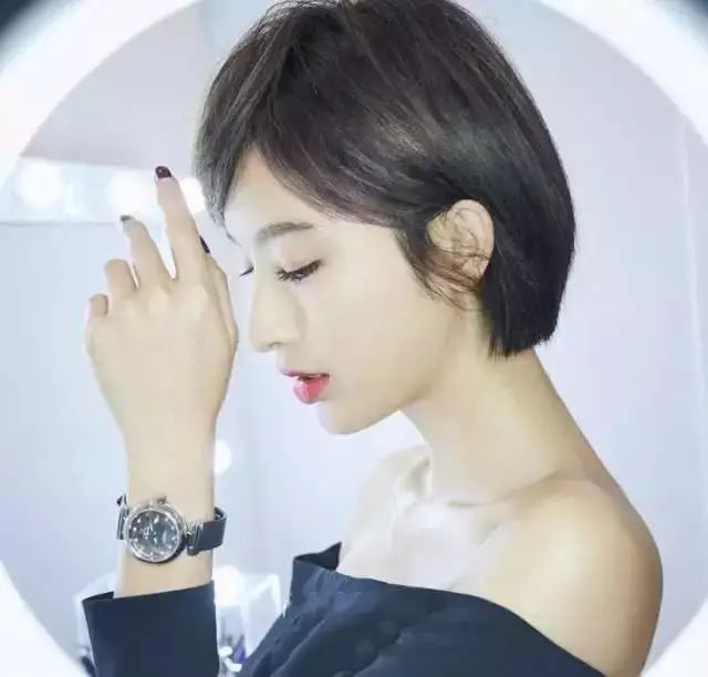 袁姗姗这两年的短发造型也是相当的有气质的,自然的垂刘海,而在少一边图片