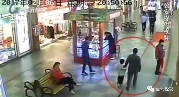 父亲逛街竟然偶遇被拐儿子,将其解救!(图)