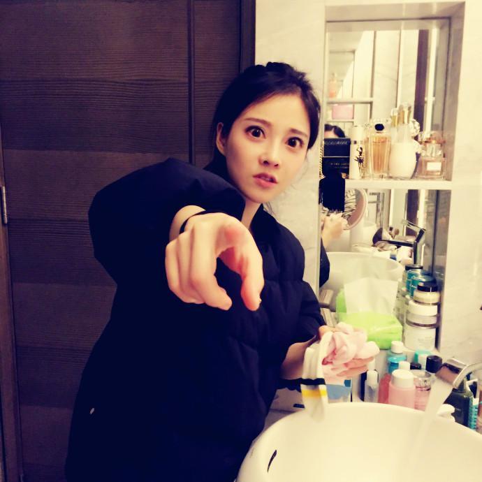 本土自拍偷拍私拍囹�a�L�_女主播冯提莫私拍9张 她在卫生间洗了这个东西