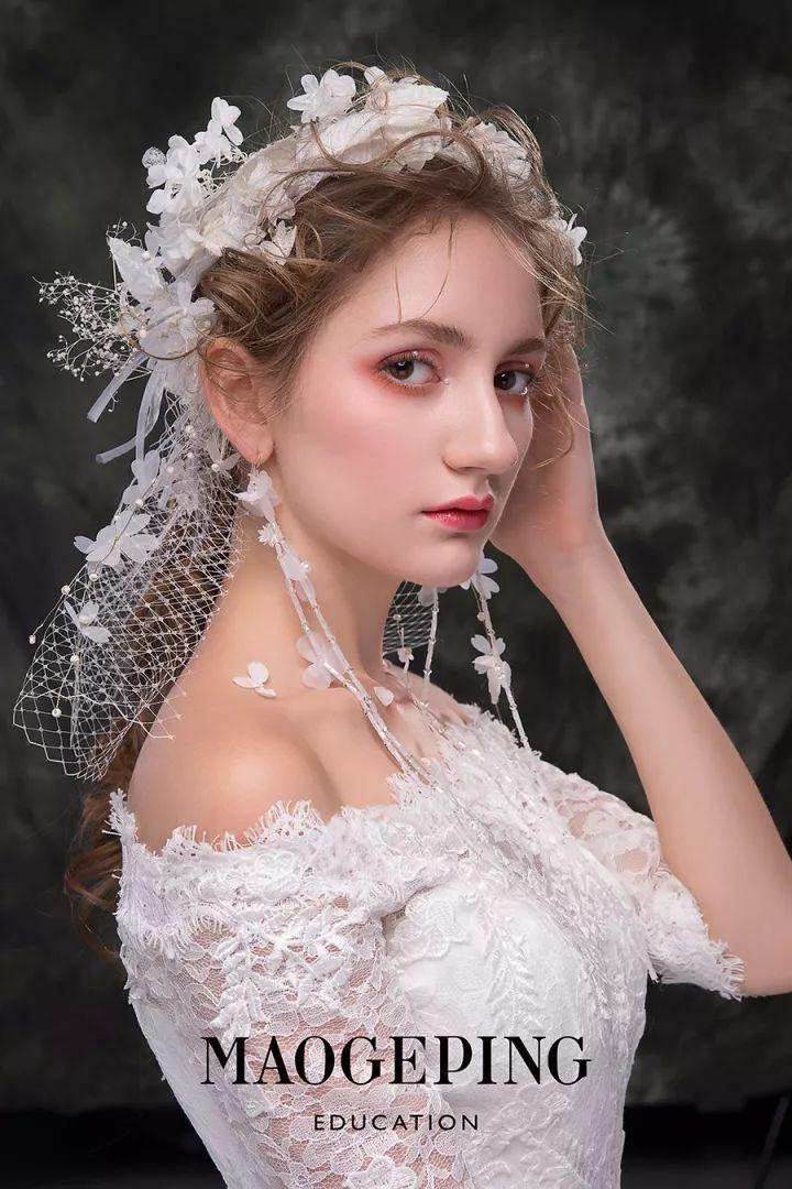 传统的套路看多了 会审美疲劳 来看看这一组 时尚创意的新娘造型 看完图片