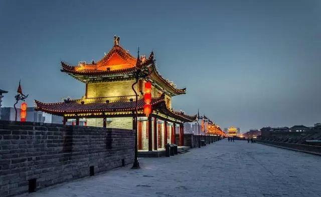 西安明城墙位于陕西省西安市中心区,墙高12米,顶宽12—14米,底宽15—