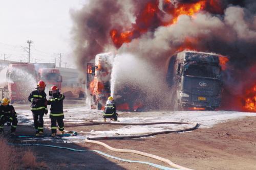 辽宁一油罐车被撞引燃30吨汽油 50名消防官兵齐扑救