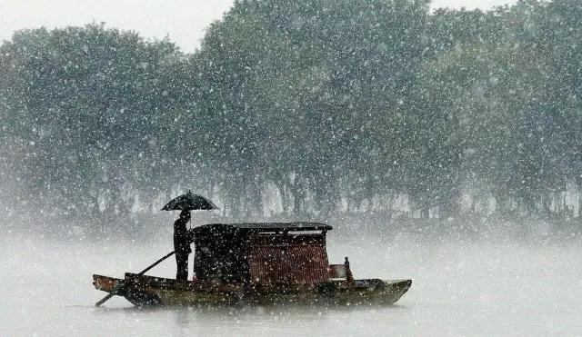 只有在那宽广平静的江上,一个披着蓑衣戴着斗笠的老渔翁,一个人坐在