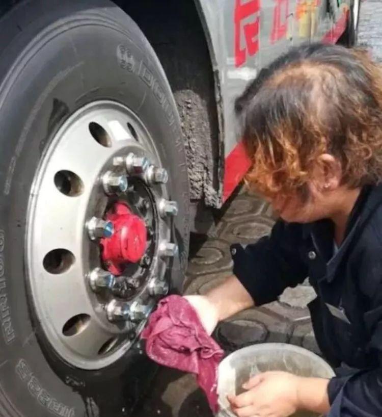 哪怕是轮胎或是一颗小小的螺丝钉,公交人依然用心对待.