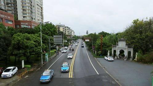 在遂宁河东新区罐子口小区里,道路均经过海绵城市改造,道路边缘渗水边