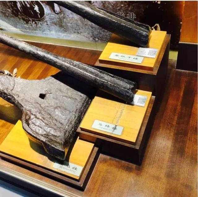 财经 正文  ▲自贡盐业历史博物馆内展示的冲击式顿钻凿井法所使用的