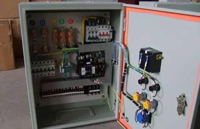 配电箱是按电气接线要求将开关设备,测量仪表,保护电器和辅助设备组装