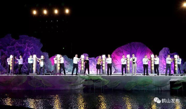 """奥运冠军陈小敏女士等16位领导嘉宾上台,以传统的咏春""""十二式""""动漫图片"""