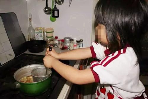 父母在外上班 7岁孩子独自在家做饭不慎烫伤双脚
