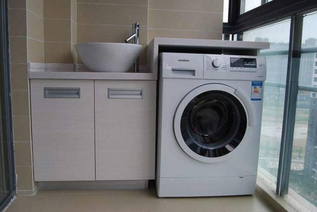 阳台面积小的话,那就刚好设计一个洗手盆和洗衣机组合柜,有了洗衣机就图片