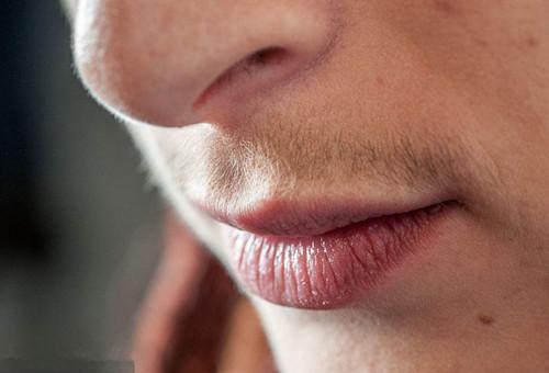 厚嘴唇的男人非常温柔,面相分析嘴唇厚的性格人生图片
