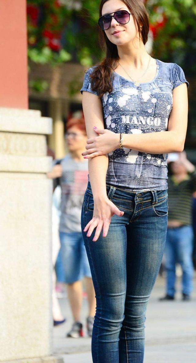 三组街拍图看出,为什么中国美女穿紧身裤不及欧美女人