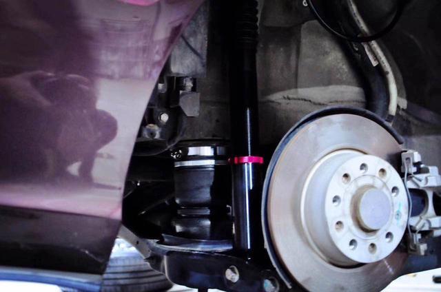 这个是前悬挂的气动避震,也是橡胶气囊取代了刚性弹簧   通过控制阀图片
