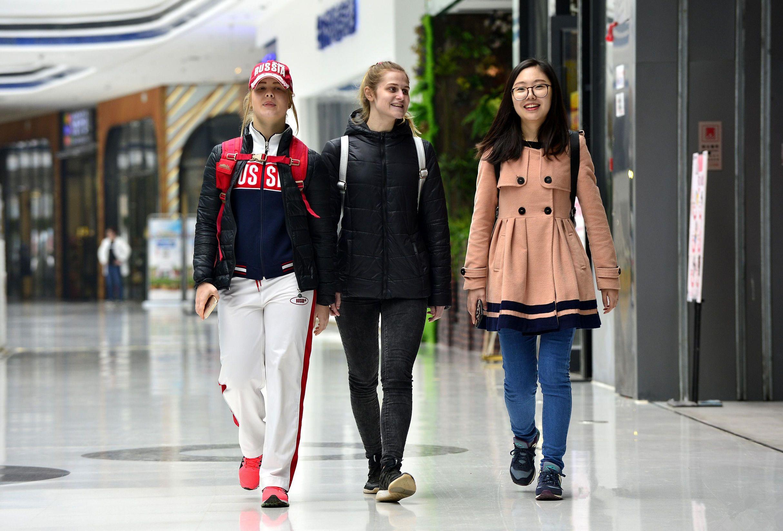 俄罗斯美女大学生在中国的 美人鱼 生活