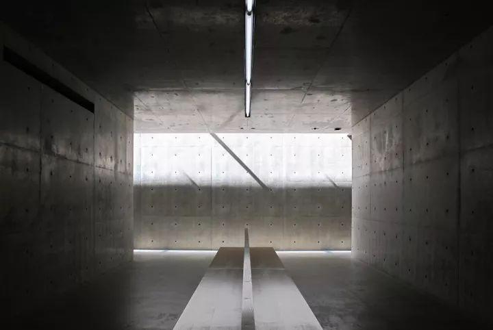 到大型的美术馆,公共设施,安藤忠雄尝试平衡各种冲突的元素与几何形体