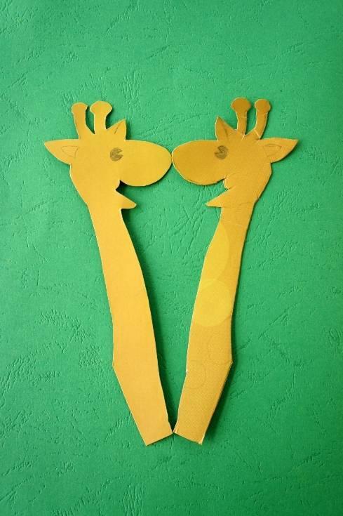 用黑色马克笔画出长颈鹿的眼睛,用红色马克笔画出长颈鹿的耳朵,