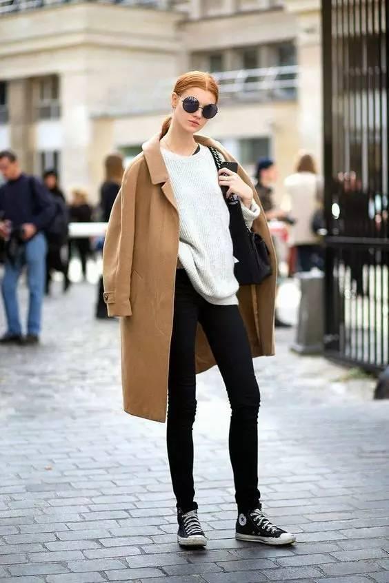 驼色大衣搭配条纹小黑鞋, 长针织衫搭配牛仔外套再来一双黑白运动鞋图片