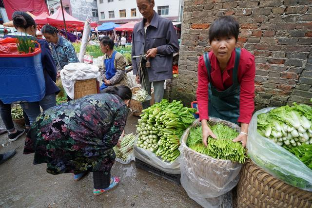 晴隆逛农贸市场,留守老人卖菜,看看他们手再听拉家常沉默了