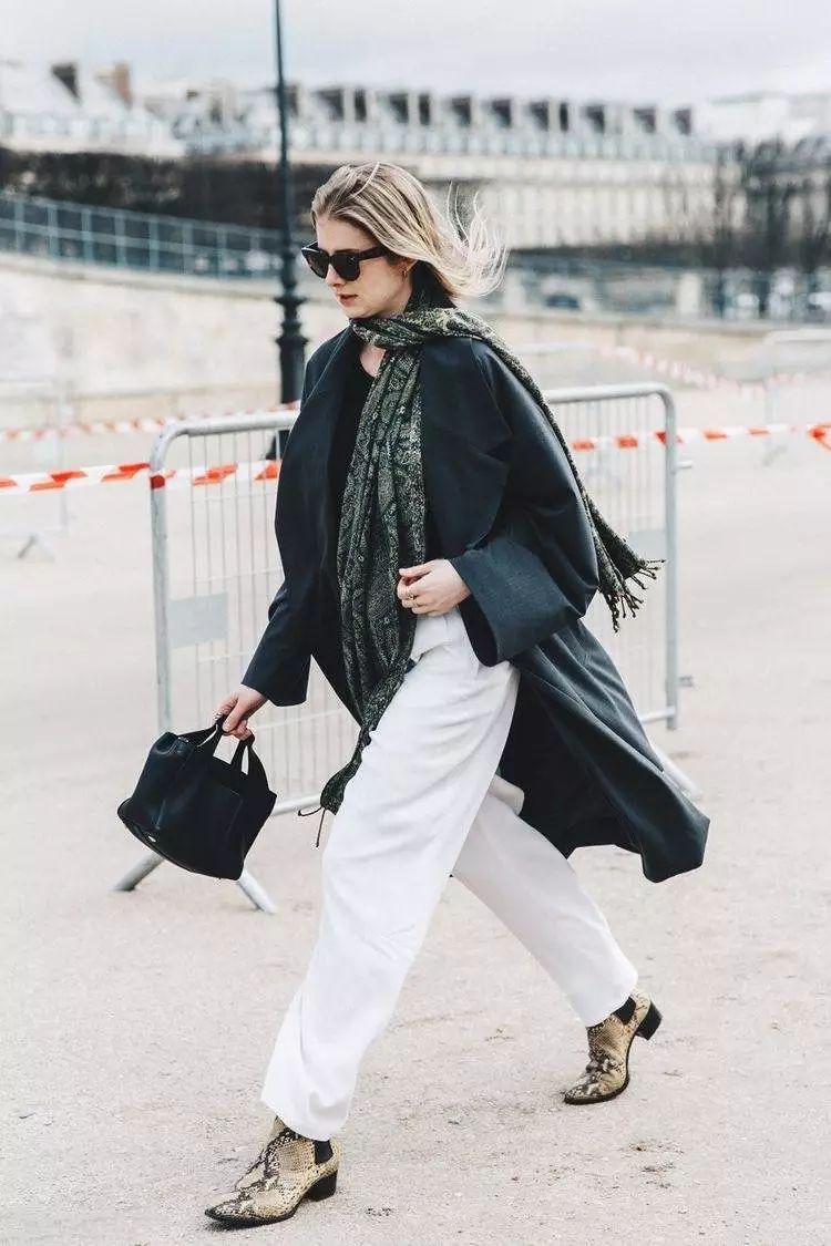 鲜艳的拼色大衣和优雅端庄的黑色及踝长裙独具