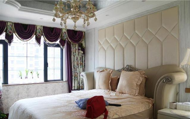 主卧床头背景用软包做造型,搭配典雅紫窗帘和欧式皮艺大床,温馨雅致.图片