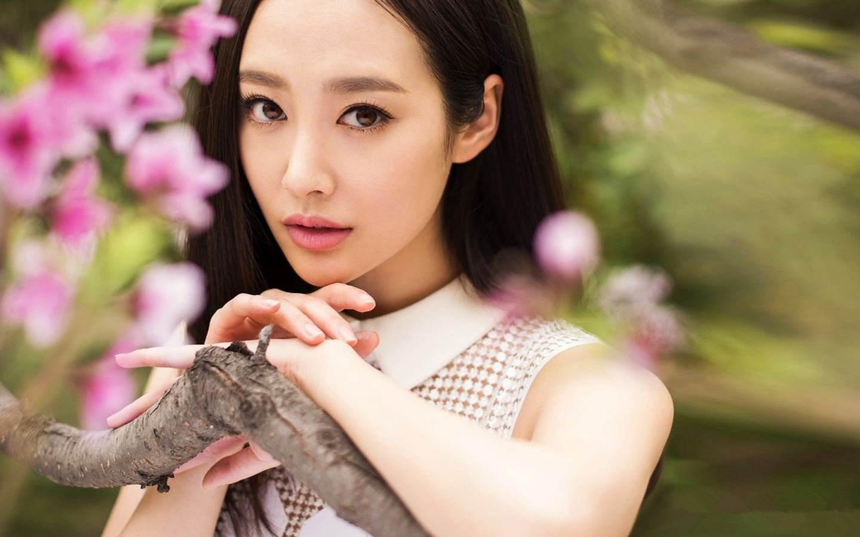 她被张艺谋带出道还和杨颖粉丝撕过逼,如今跑去日本