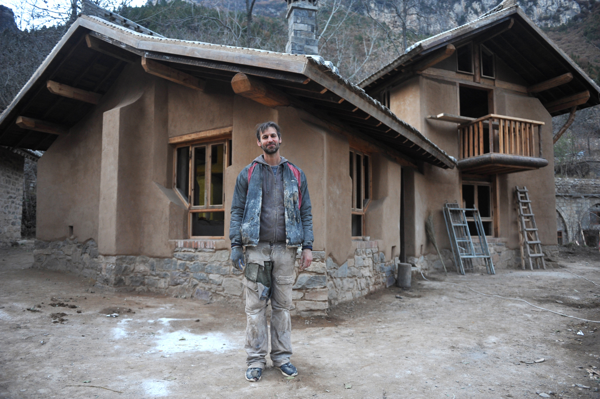 盖山西图片_42岁美国人在山西盖会呼吸的房子,穿烂衣破裤