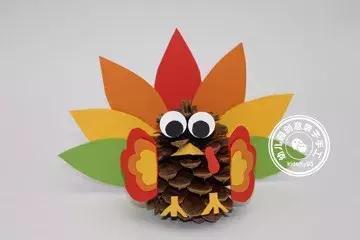 幼儿园废物利用手工:感恩节,送你几款酷帅的松果火鸡教程!