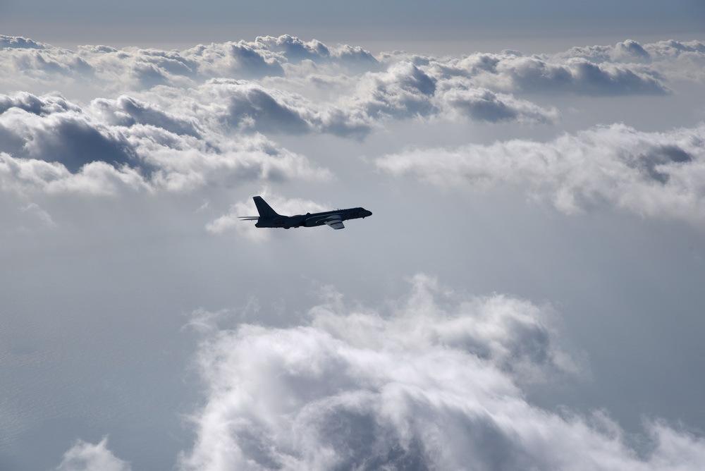 高清:空军轰-6k等战机前出第一岛链开展远洋训练