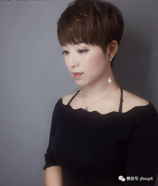 """减龄短发搭配上""""蓬蓬烫""""更是逆龄发型,是发型女士烫发不错的v短发2014斜短发庞克图片"""
