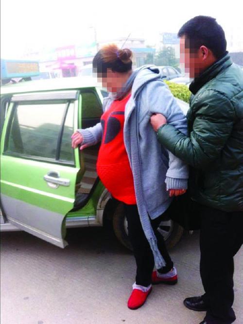 孕妇破水站在马路上没人理 雷锋的哥送医院不留名