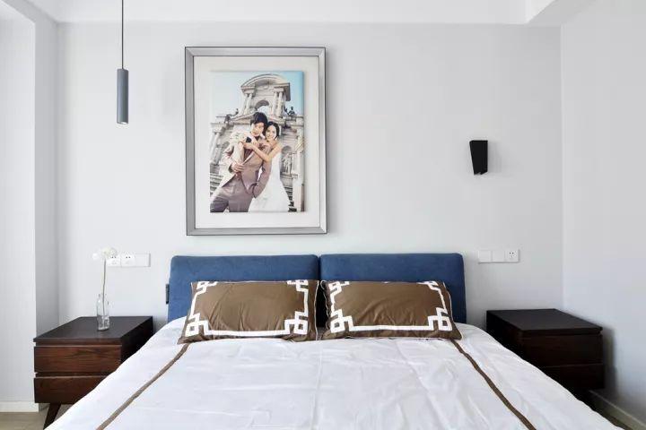 床尾的电视柜与衣柜组合一起的设计,在整个柜子实用与美观兼具,简单