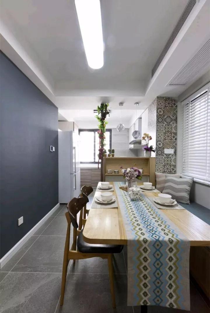 面积较小,没有地方摆放鞋柜,入户即对着厨房,看看设计师是如何设计的
