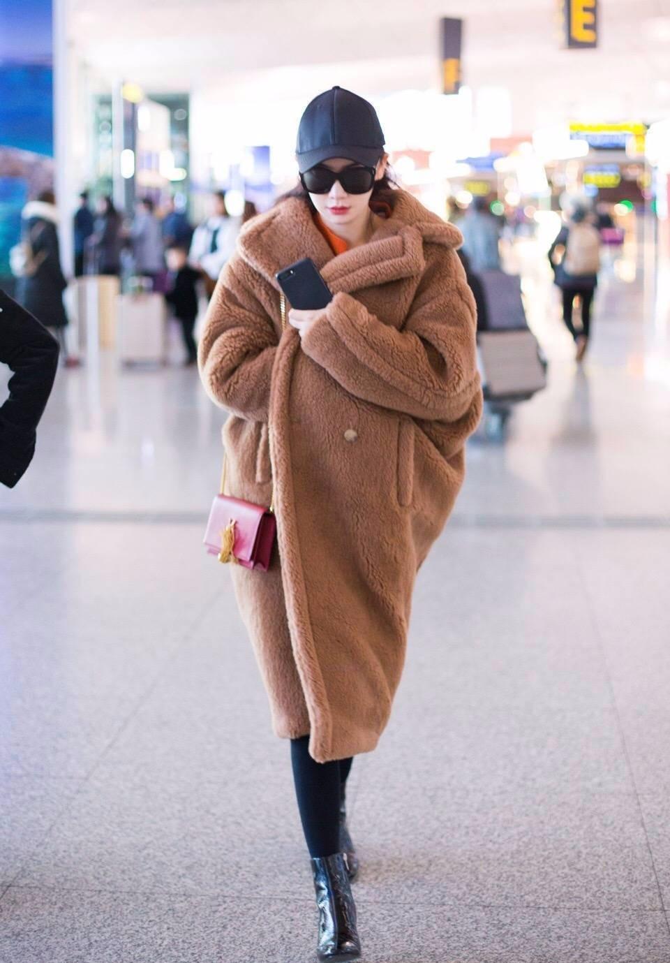 戚薇这个冬天可是没少穿类外套,两次机场街拍都是用羊羔毛外套叠穿长