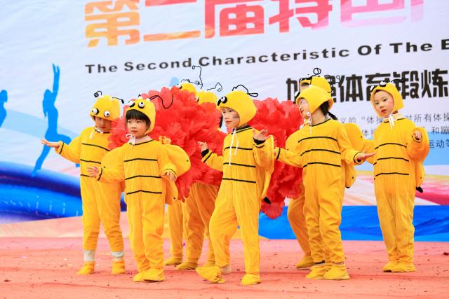 你看!一(3)班的小蜜蜂,可爱乖萌,翁嗡嗡,飞在附小花丛中.图片