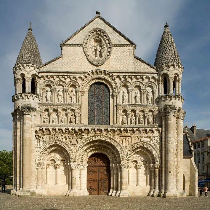 正文  在哥特式建筑产生之前,欧洲教堂的主流风格是罗曼式(或称罗马式图片