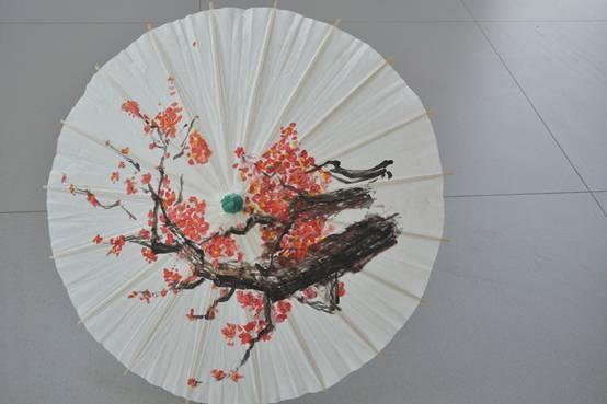 活动现场油纸伞diy正式开始,大家领取了空白油纸伞,调色盘,画笔和颜
