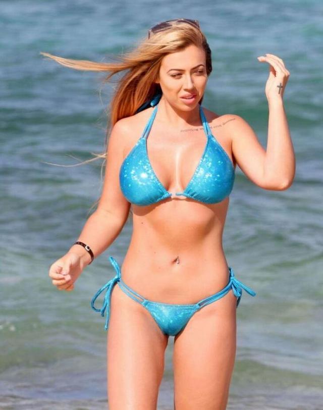 真人秀女星霍莉·哈根伊维萨海滩拍照,她的举手投足都